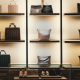 Iluminação em lojas / expositor iluminada com sapatos, malas e roupa
